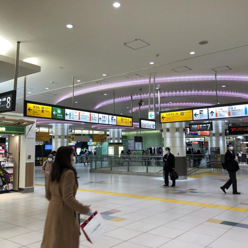 大宮駅の中央改札は「中央改札(南)・中央改札(北)」がございます。どちらもでも大丈夫ですので中央改札にむかってください。(※「南改札」から出ると遠くなってしまいますのでご注意ください)