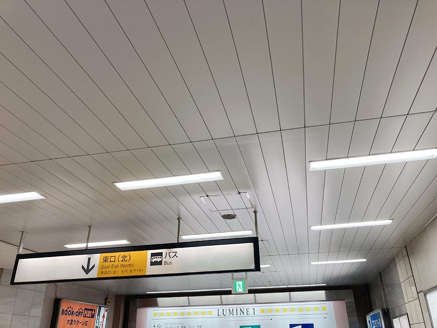 コージーコーナーとキオスクを右手に見ながら右折し、「東口(北)」の出口へ向かいます。大宮駅の改札は「2階」になりますので、階段を降りますと「東口(北)」の出口、地上階となります。