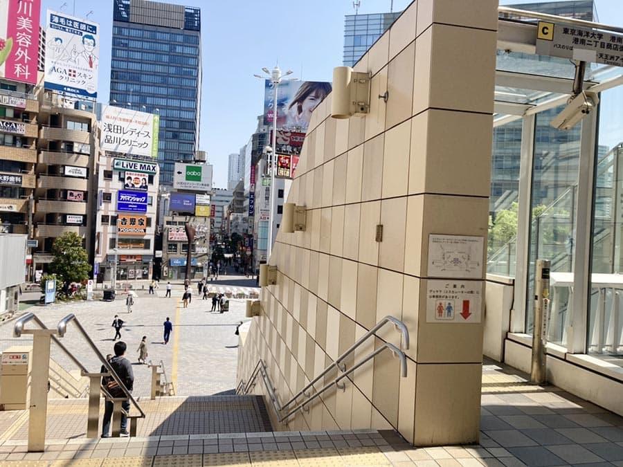 品川駅改札階は「2階」ですので、突き当りのエスカレーター、または階段で「1階」におりてください。