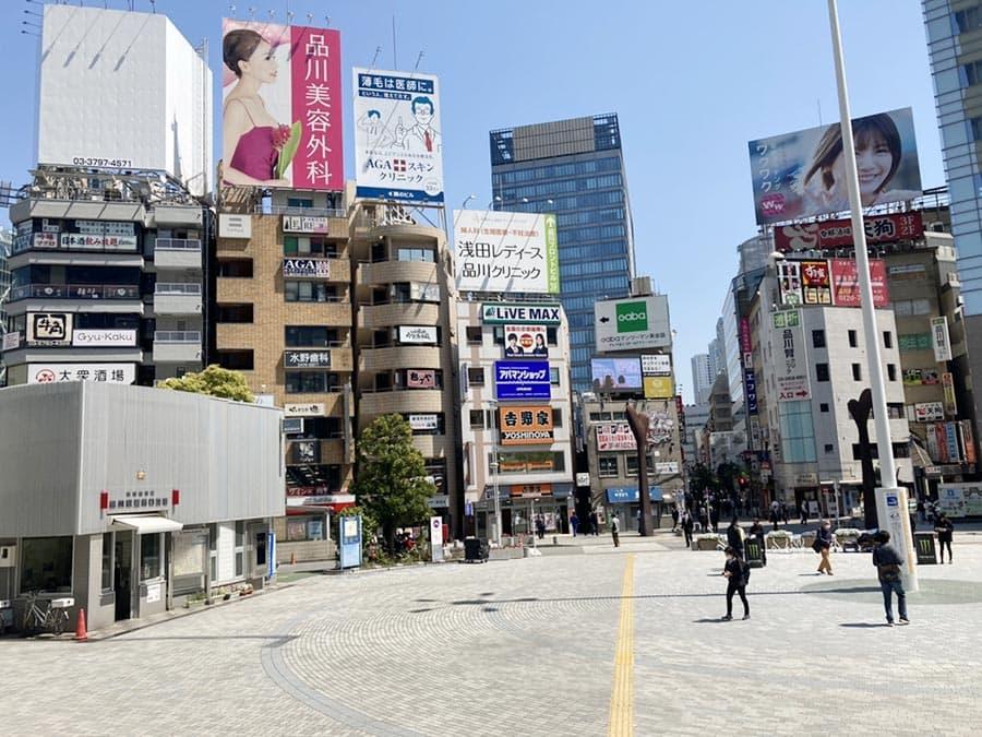 ↑こちらが「1階」におりた「港南ふれあい広場」の風景です。「吉野家」方面へ直進して下さい。さらに、吉野家に向かって右手の路地を直進して下さい。